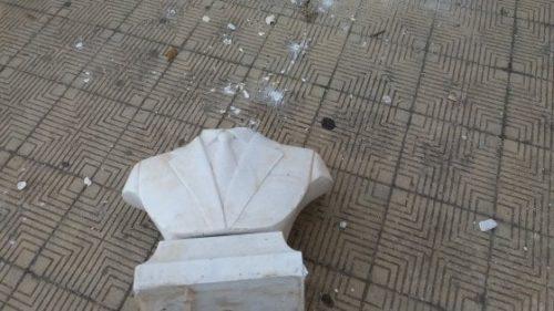 Increscioso il gesto di giovani vandali, decapitano e lanciano i pezzi della statua di Falcone davanti la scuola di Palermo