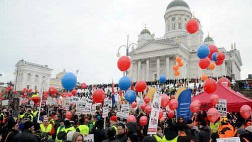FINLANDIA PARALIZZATA, SCIOPERI E MANIFESTAZIONI CONTRO RIDUZIONE DEI SUSSIDI DI DISOCCUPAZIONE